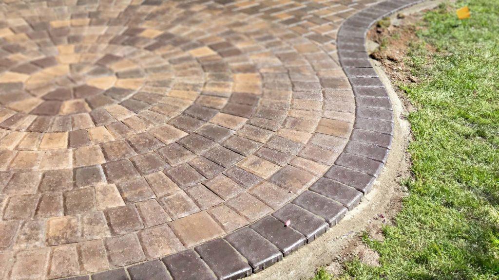 Rotundo Circle patio with concrete edge restraint